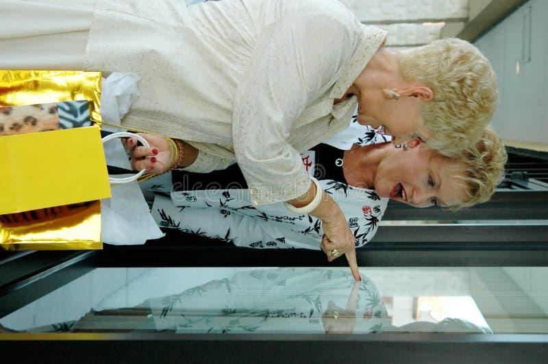 pensionärer som shoppar fönstret arkivfoto