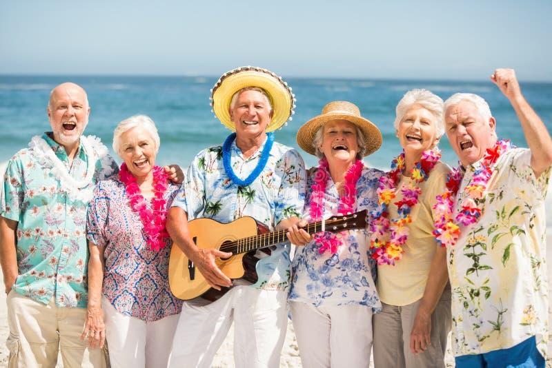 Pensionärer som sjunger och spelar gitarren arkivbilder