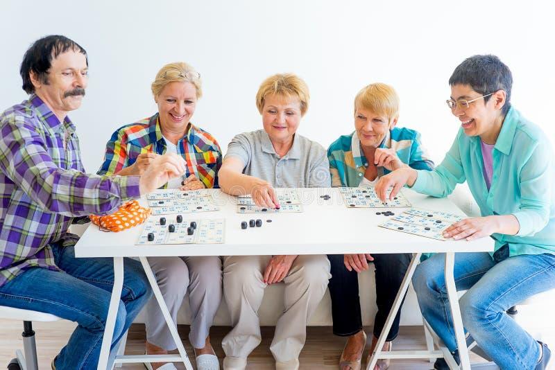 Pensionärer som spelar bingo arkivbilder