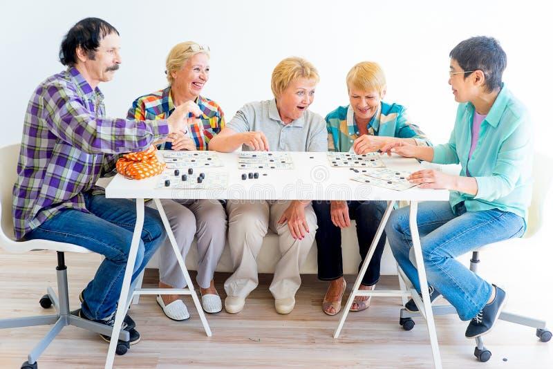 Pensionärer som spelar bingo royaltyfria bilder