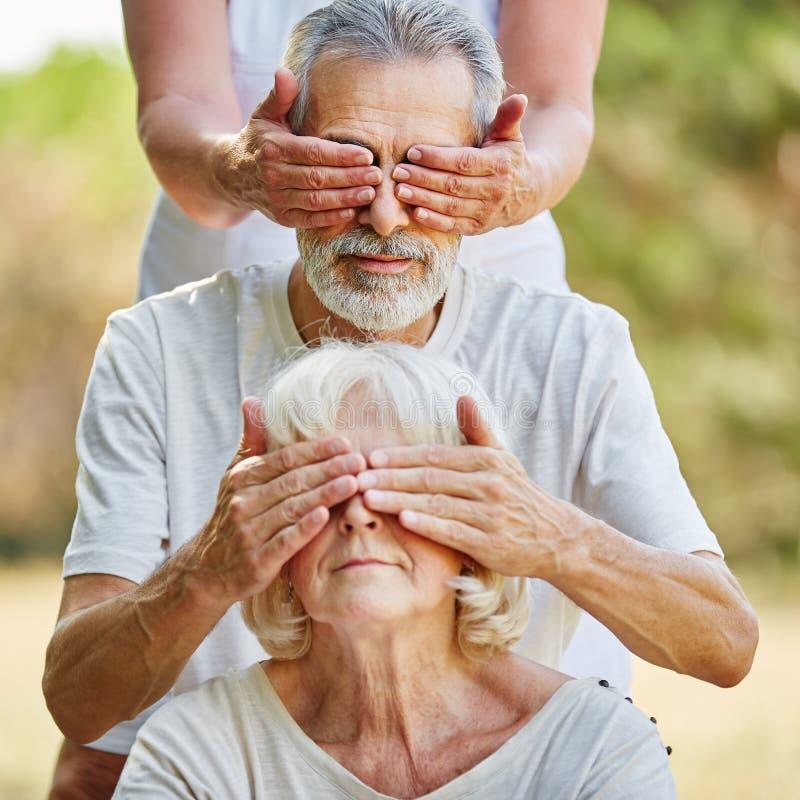 Pensionärer som täcker sig ögon från baksidan royaltyfri bild