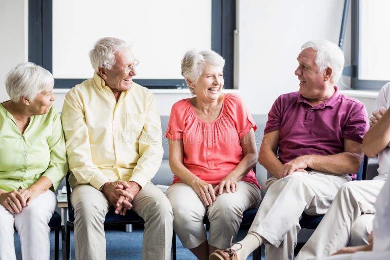 Pensionärer som till varandra talar royaltyfri bild