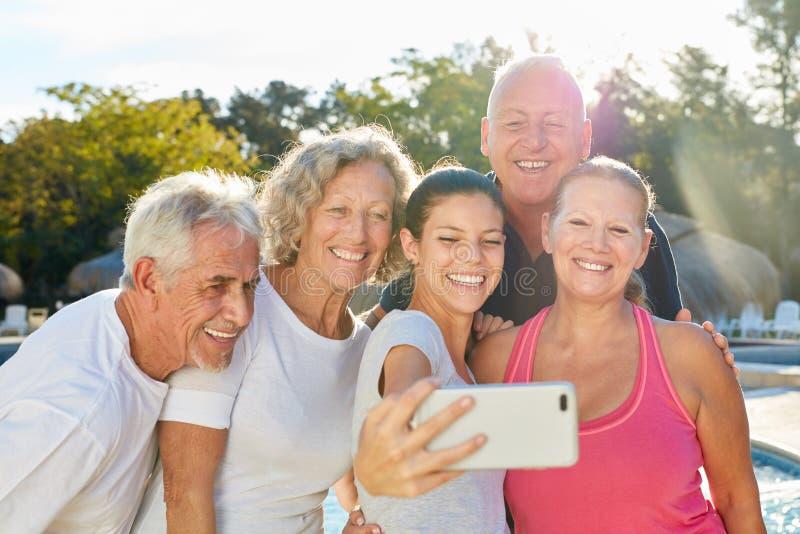 Pensionärer tar ett gruppfoto som en selfie arkivbilder