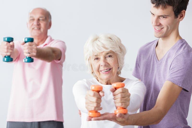 Pensionärer tar omsorg om hälsa arkivfoto