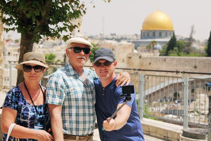 Pensionärföräldrar med den vuxna sonen arkivfoto