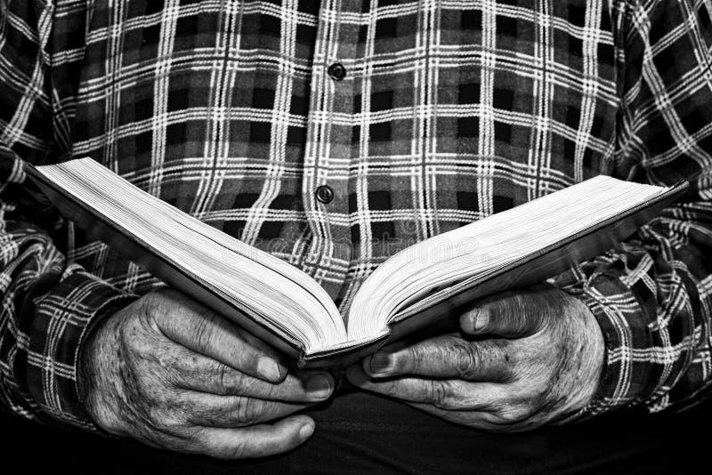 Pensionärhänder och bok fotografering för bildbyråer