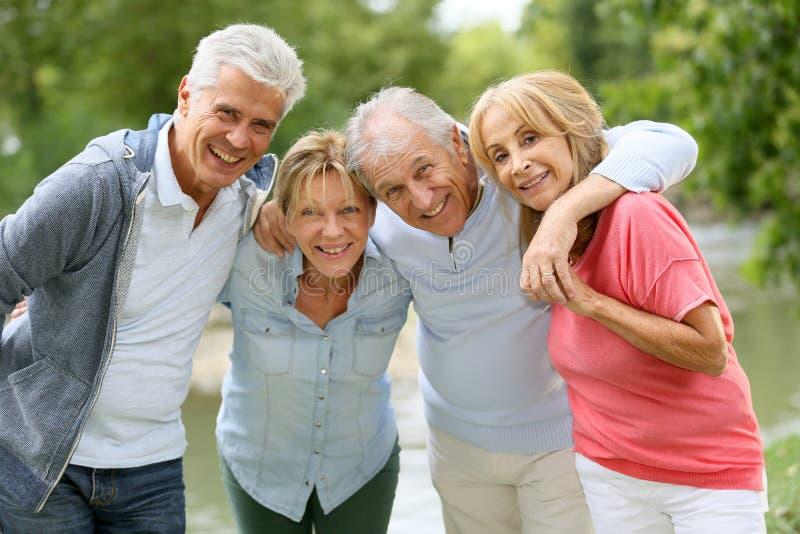 Pensionärpar på en tur till bygd arkivfoto