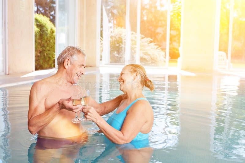 Pensionärpar som dricker champagne arkivfoton
