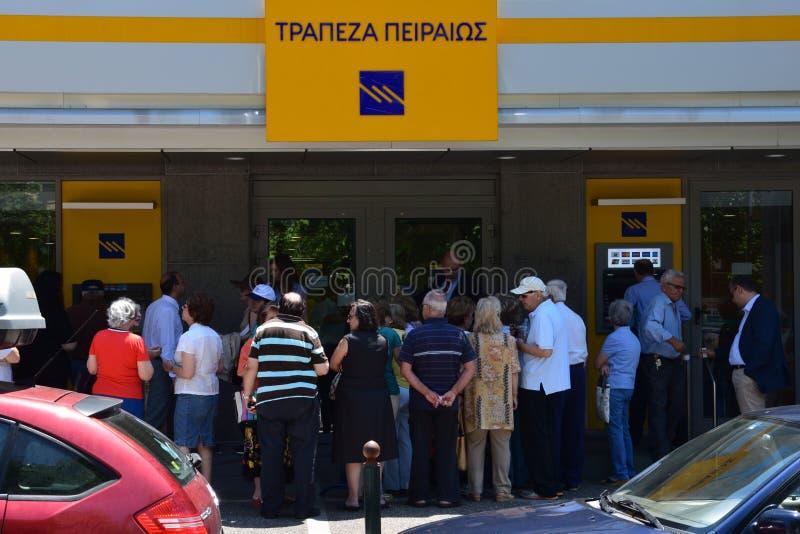 Pensionärreihe in griechischer Bank stockfoto