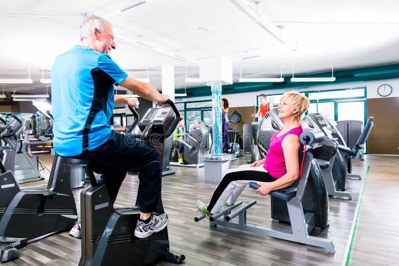 Pensionärsport som övar i idrottshall i cirkelutbildning royaltyfri fotografi