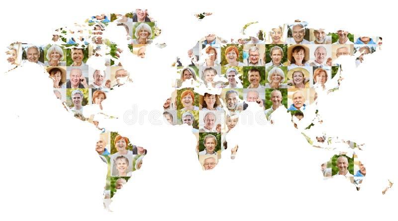 Pensionärståendecollage på världskarta arkivbild