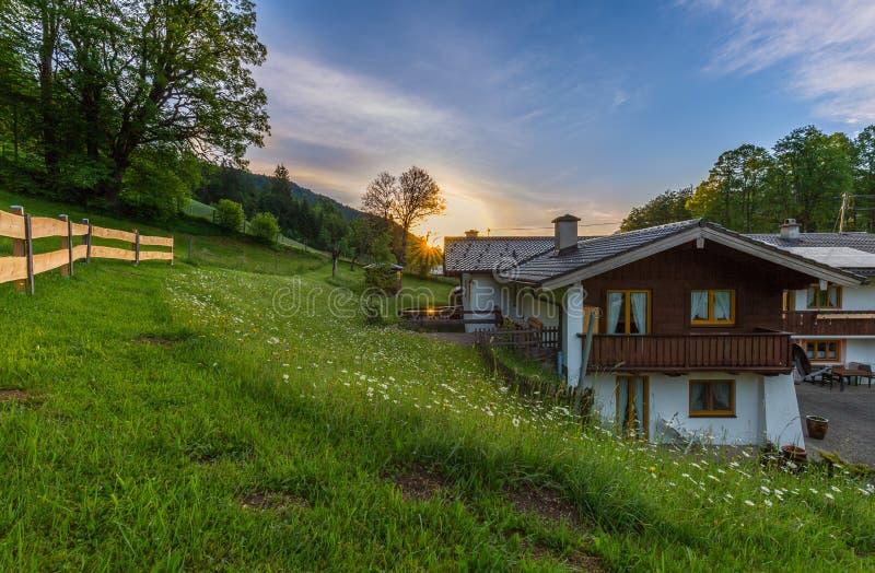 Pension bei Sonnenaufgang - bayerische Alpen stockfotografie