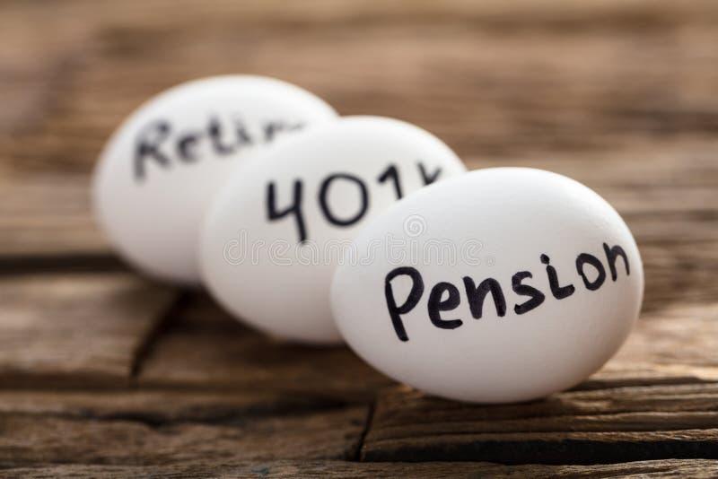 Pension 401K und ziehen sich geschrieben auf weiße Eier zurück stockfotos