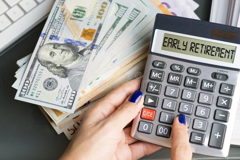 Pensionamento anticipato attivo di pianificazione della donna con la calcolatrice ed il suo risparmio per la pensione immagine stock