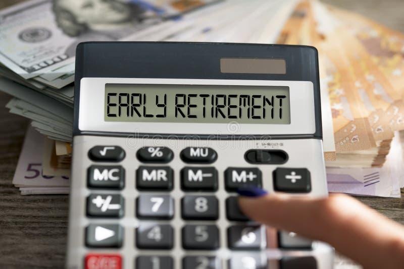 Pensionamento anticipato attivo di pianificazione della donna con la calcolatrice ed il suo risparmio per la pensione fotografia stock libera da diritti