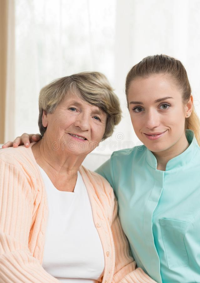 Pensionato ed infermiere femminili fotografie stock libere da diritti