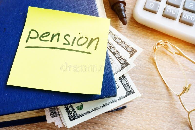 Pensione scritta su un bastone e sui soldi Risparmio di pensionamento fotografia stock