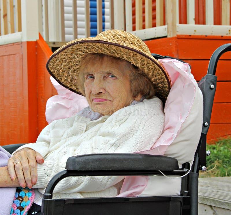 Pensioner i rullstol royaltyfri bild