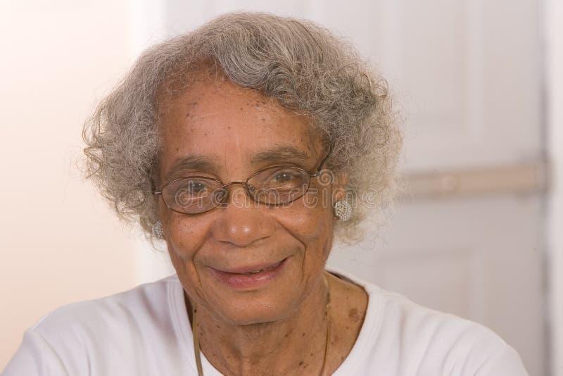 pensionerad kvinna för afrikansk amerikan royaltyfria bilder