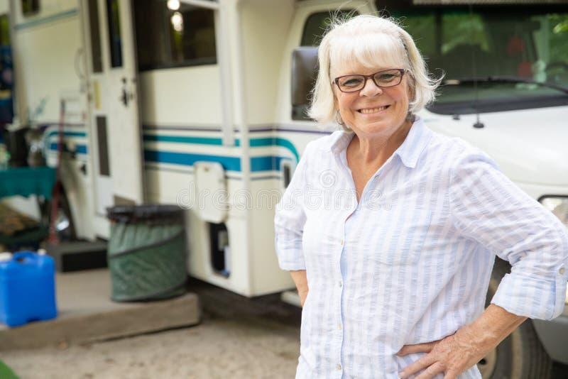 Pensionerad mogen kvinnaresande i RV arkivbild