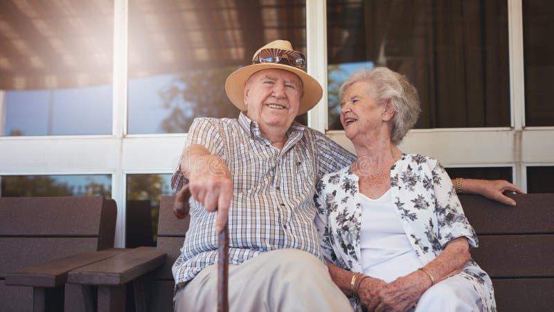 Pensionerad par som utomhus tar ett avbrott, och avslappnande arkivbilder