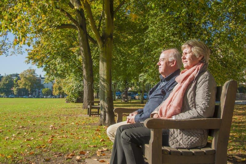 Pensionerade höga par utomhus arkivbilder