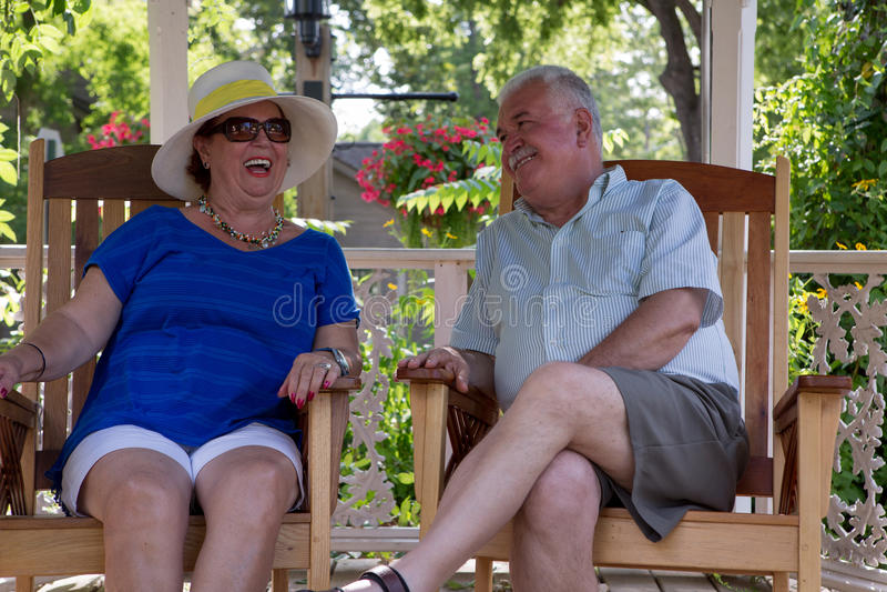 Pensionerade par som har roliga konversationer royaltyfria foton