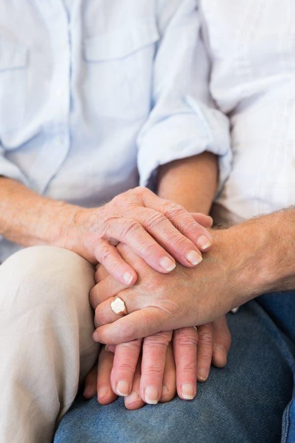 Pensionerade parinnehavhänder royaltyfri fotografi