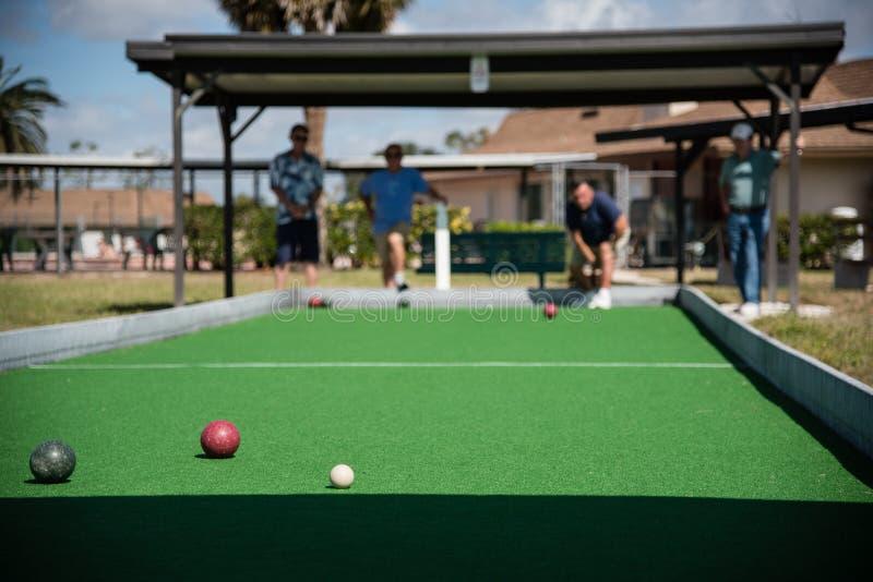 Pensionerade pensionärer som spelar boccebollen fotografering för bildbyråer