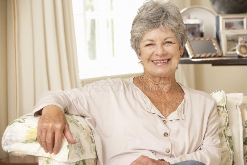 Pensionerat högt kvinnasammanträde på Sofa At Home fotografering för bildbyråer