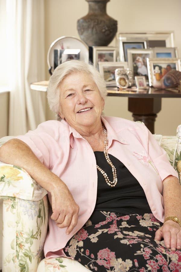 Pensionerat högt kvinnasammanträde på Sofa At Home arkivbilder