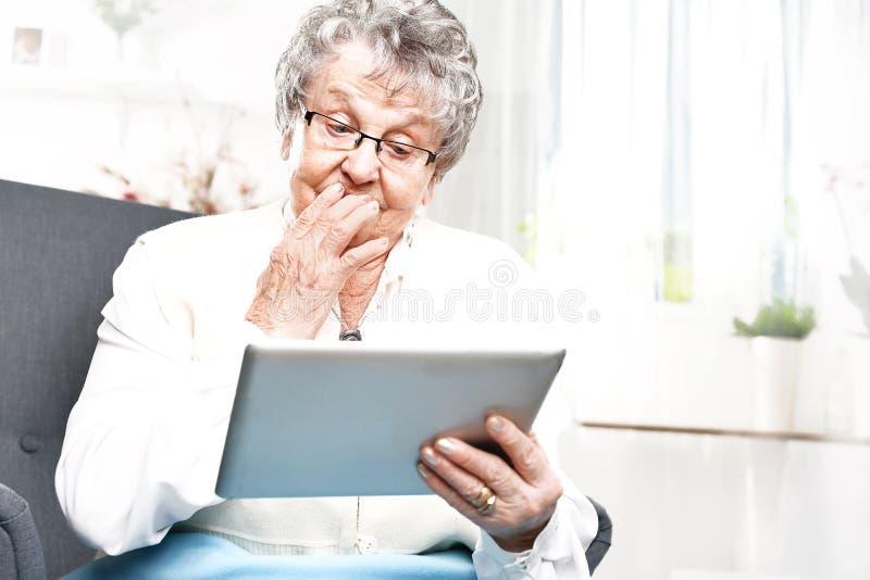 Pensionerat underhållning på internet arkivfoton