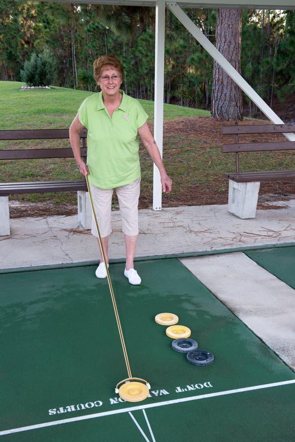 Pensionering het Leven Actieve Hogere Sjoelbak stock foto's