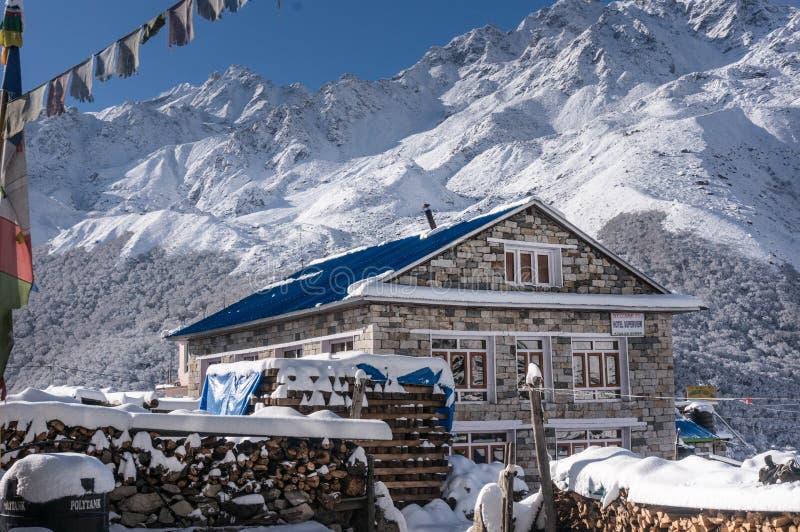 Pensiones deliciosas en el pueblo Kyangjin Gompa en invierno imagenes de archivo