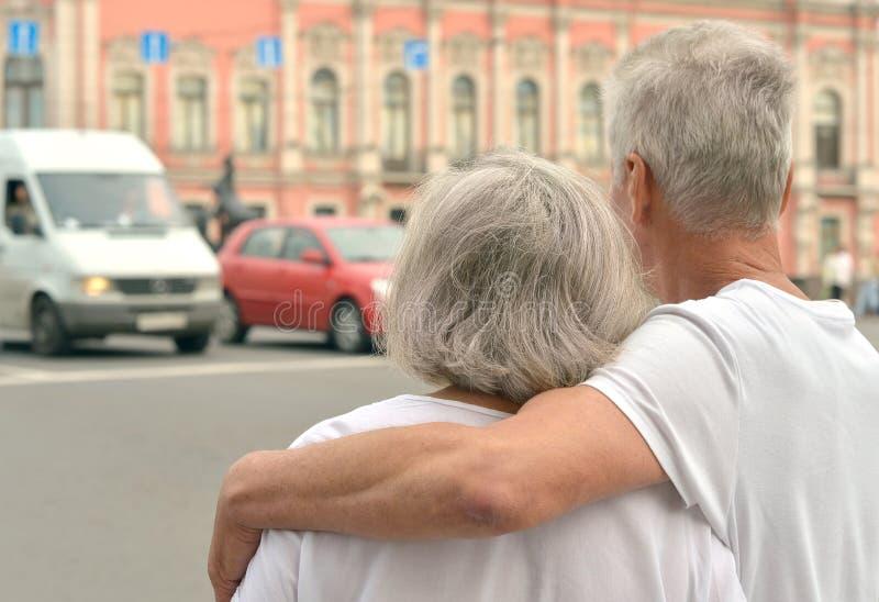 Pensionierte Paare draußen stockfoto