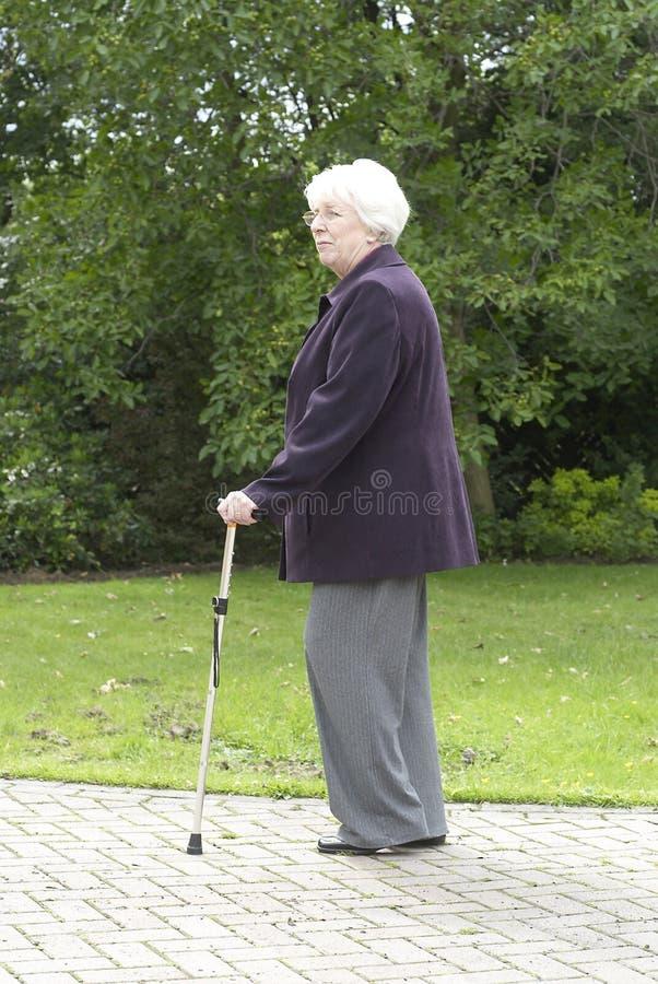 Pensioniertes Frauengehen lizenzfreie stockfotografie