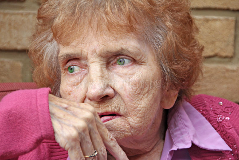 Pensionista de mirada vulnerable ansioso fotografía de archivo