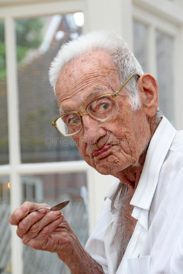 Pensionista em comer home do cuidado fotografia de stock royalty free