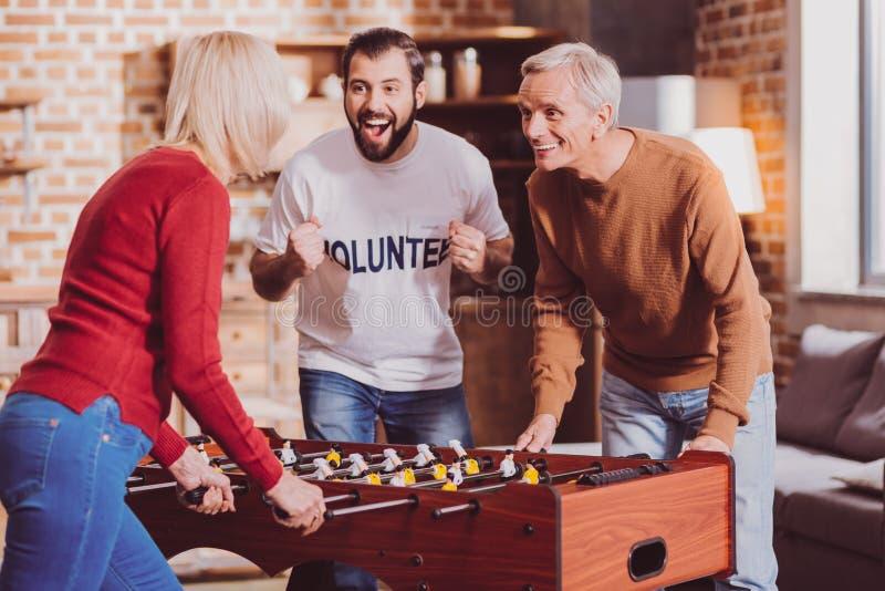 Pensionista encantado que juega a un juego con su esposa imagenes de archivo