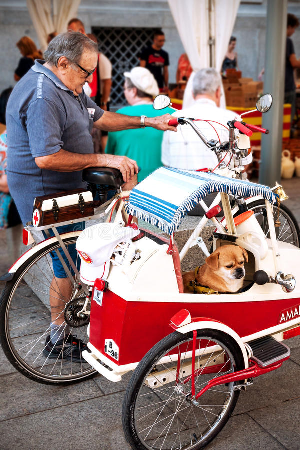 Pensionista español móvil con la bicicleta fotos de archivo