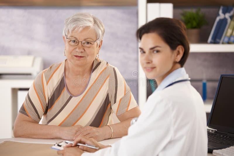 Pensionista femenino en la oficina de los doctores foto de archivo libre de regalías