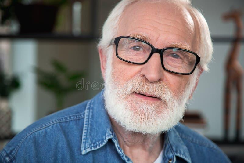 Pensionista maduro pensativo triste con las arrugas fotografía de archivo libre de regalías