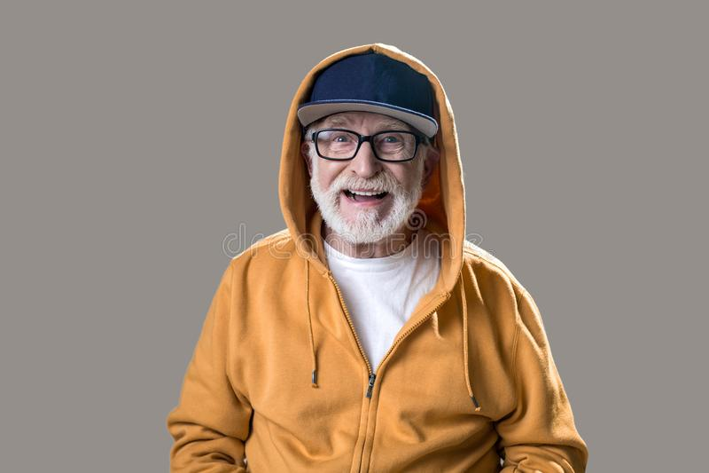 Pensionista masculino alegre no pano elegante fotografia de stock