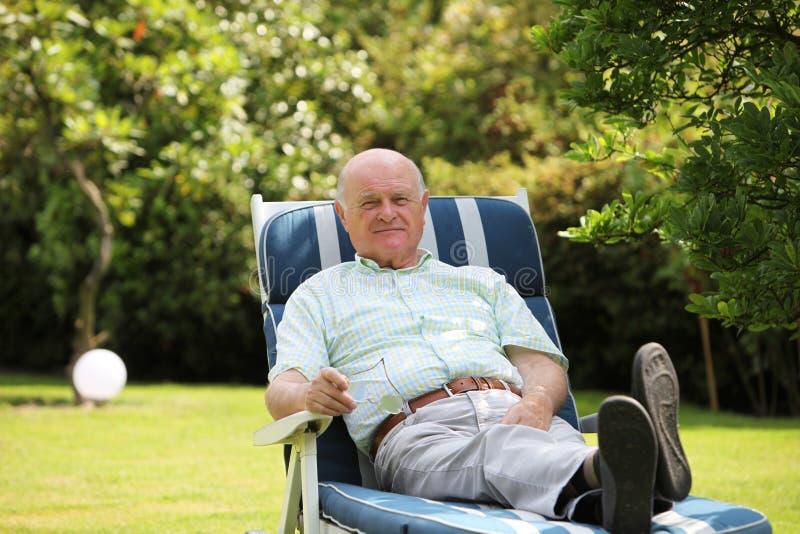 Pensionista positivo feliz imagens de stock royalty free
