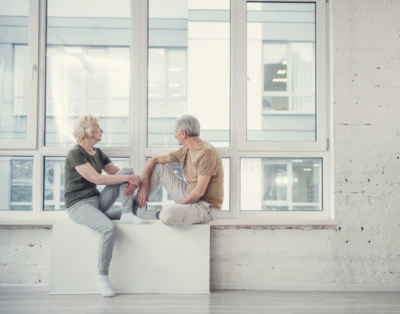 Pensionistas cansados que se relajan en alféizar fotografía de archivo libre de regalías