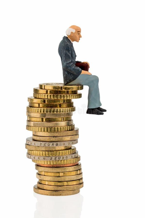 Pensionistas que se sientan en una pila de dinero imagen de archivo libre de regalías