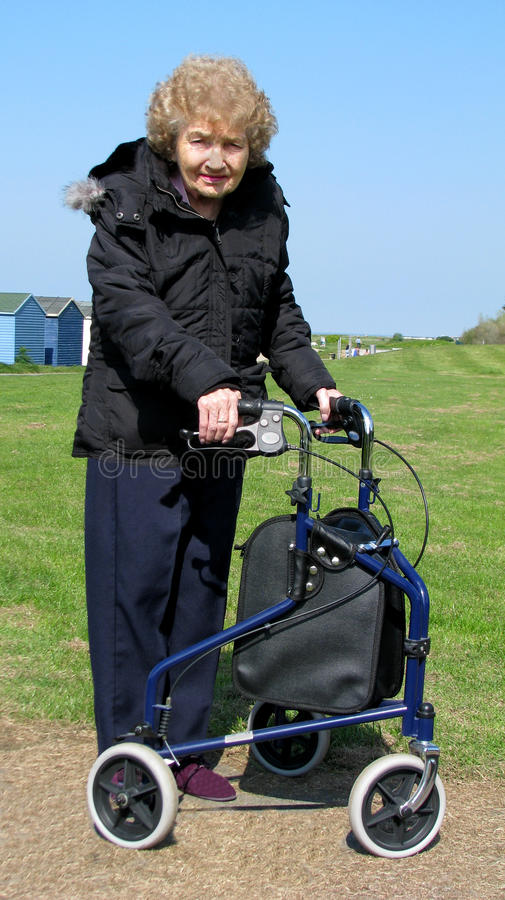 Pensionné féminin à l'aide de marche de delta photographie stock