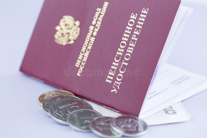 Pensionszertifikat mit Münzen lokalisierter Nahaufnahme auf dem weißen Hintergrund offen stockfotos
