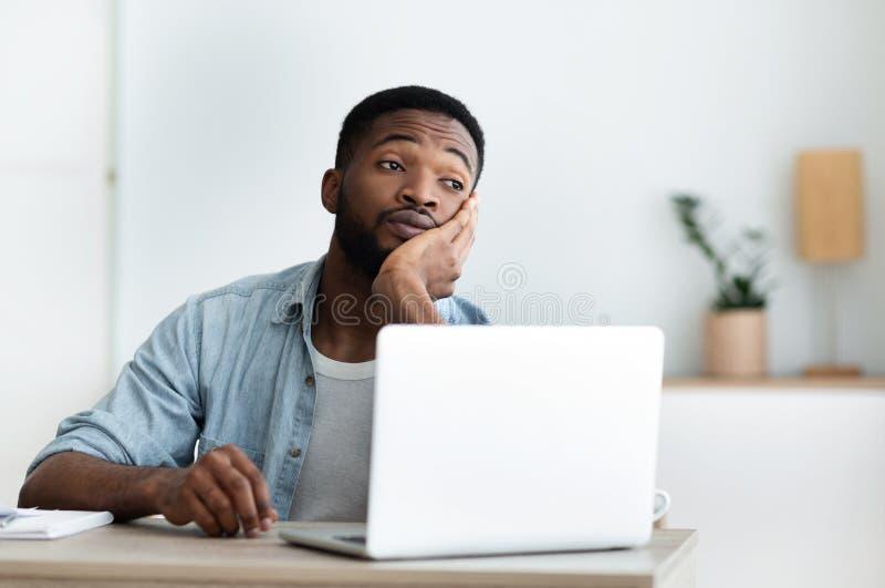 Pensive sobrevivido rapaz africano que sonhava com férias imagens de stock