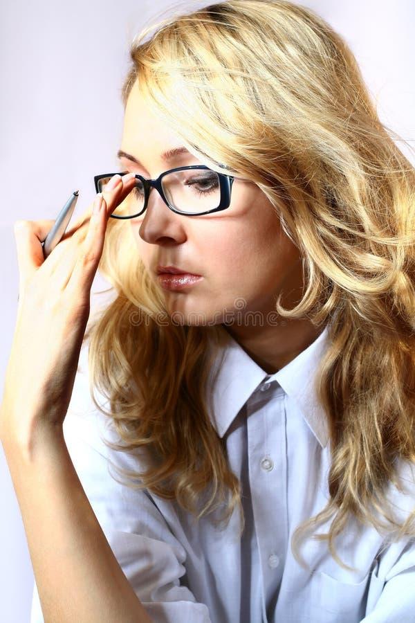 pensiveness менеджера девушки стоковое изображение